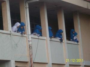 smpit Biu girls were watching the  futsal match on the 2nd floor national university